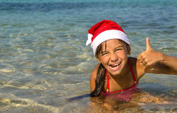 Meisje in de hoed van de grappige glimlachen van Santa Claus Stock Foto's