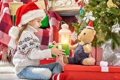 Meisje in de hoed van de Kerstman Stock Fotografie