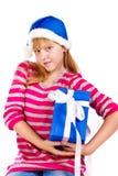 Meisje in de hoed van de Kerstman met blauwe giftdoos Royalty-vrije Stock Foto's