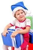Meisje in de hoed van de Kerstman met blauwe giftdoos Stock Afbeelding