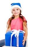 Meisje in de hoed van de Kerstman met blauwe giftdoos Royalty-vrije Stock Afbeelding