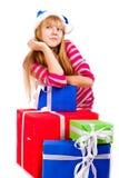 Meisje in de hoed van de Kerstman met blauwe giftdoos Royalty-vrije Stock Foto