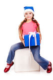 Meisje in de hoed van de Kerstman met blauwe giftdoos Stock Foto