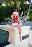 Meisje in de hoed van de Kerstman - O.K. teken Stock Fotografie
