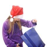 Meisje in de hoed van de Kerstman op witte achtergrond Stock Afbeelding