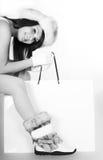Meisje in de hoed van het de winterbont en schoenen met het winkelen zak Stock Fotografie
