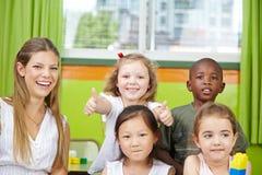 Meisje in de holding van de kleuterschoolgroep Stock Afbeelding