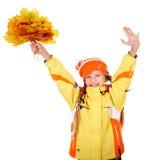 Meisje in de holdingsbladeren van de de herfst oranje hoed. Royalty-vrije Stock Foto's