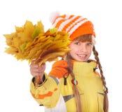 Meisje in de holdingsbladeren van de de herfst oranje hoed. stock afbeelding