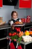 Meisje in de keuken stock foto