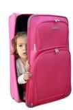Meisje in de koffer Stock Afbeeldingen