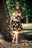 Meisje in de leuke gang van de de zomerkleding in park door reusachtige boom Royalty-vrije Stock Afbeeldingen