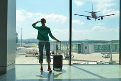 Meisje in de luchthaven Stock Afbeeldingen