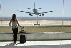 Meisje in de luchthaven stock foto's