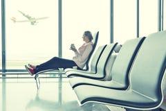 Meisje in de luchthaven stock foto