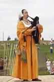 Meisje in de middeleeuwse doedelzakken van het kledingsspel Royalty-vrije Stock Afbeelding