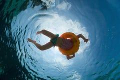 Meisje in de pool Royalty-vrije Stock Afbeeldingen