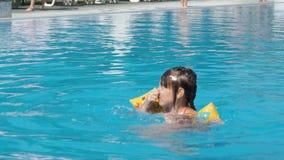 Meisje in de pool stock video