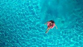 Meisje in de pool met een opblaasbare cirkel stock video