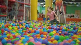Meisje in de pool van ballen stock videobeelden