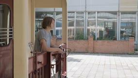 Meisje in de retro trein - Borjomi, Bakuriani, Georgië stock video