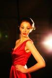 Meisje in de rode kleding van de partijcocktail Stock Fotografie