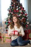 meisje in de ruimte voor Kerstmis wordt verfraaid die stock fotografie