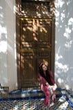Meisje in in de schaduw gestelde deuropening royalty-vrije stock fotografie