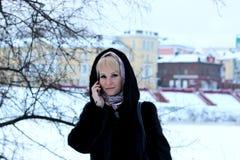 Meisje in de sneeuw van de de besprekingstelefoon van de de Winterstraat Royalty-vrije Stock Fotografie