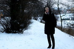 Meisje in de sneeuw van de de besprekingstelefoon van de de Winterstraat Royalty-vrije Stock Foto