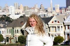 Meisje in de stad Stock Fotografie