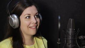 Meisje in de studio die een tekst lezen stock footage