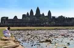 Meisje in de tempel Kambodja van bloemenangkor wat stock afbeeldingen