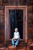 Meisje in de tempel van Banteay Srei Stock Foto