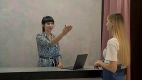 Meisje in de toonzaal van de kledingsopslag stock video