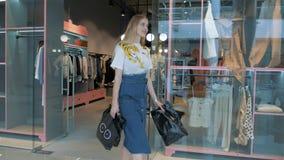 Meisje in de toonzaal van de kledingsopslag stock footage