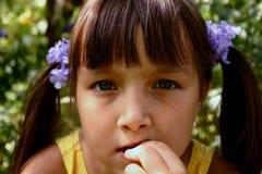 Meisje in de tuin royalty-vrije stock foto