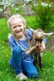 Meisje in de tuin Stock Foto