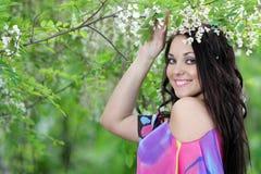Meisje in de tuin van de zomerweide Royalty-vrije Stock Foto