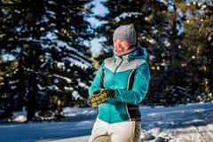 Meisje in de de winter bos het spelen sneeuwballen royalty-vrije stock afbeelding