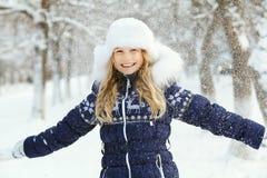 Meisje in de winter Tiener in openlucht Stock Foto
