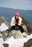 Meisje in de winterbergen stock foto