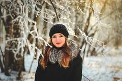 Meisje in de winterbos Royalty-vrije Stock Fotografie