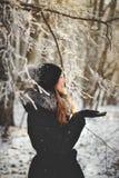 Meisje in de winterbos Royalty-vrije Stock Foto
