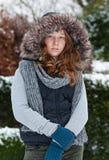 Meisje in de winterdoeken en bontkap stock foto