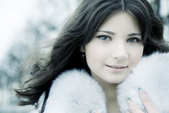 Meisje in de winterstad Stock Afbeeldingen