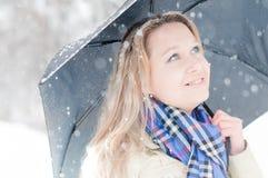 Meisje in de winterstraat Royalty-vrije Stock Foto's