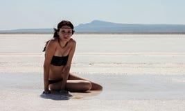 Meisje in de woestijn stock foto's