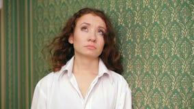 Meisje in de Zaal een Sterke Windslagen stock videobeelden