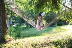 Meisje in de zomer van de hangmataard Stock Fotografie
